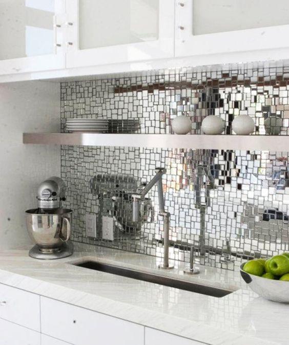 Deixe as pastilhas de lado. O backsplash revestido com pedacinhos de espelho deixou a cozinha sofisticada.