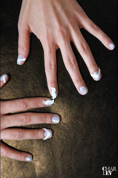 SEI KREATIV! Schneide die Schablonen in verschiedenste Formen und platziere sie auf deinen Nägeln.