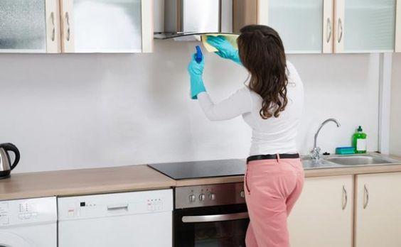 ¿Sabías que el papel de aluminio es una de las mejores opciones para eliminar el exceso de grasa del horno, o las manchas quemadas de las sartenes y ollas? Fuente : Mejor con Salud