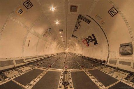 O interior de um FedEx Boeing 757, sem carga