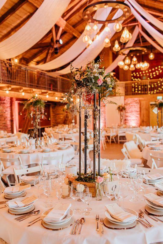 Hochzeitsdeko Auf Hof Frien C Bild Anja Scheemann Photography Hoffrien Hofhuhnfrieda Hoch Hochzeitsdekoration Hochzeitslocation Tischdekoration Hochzeit