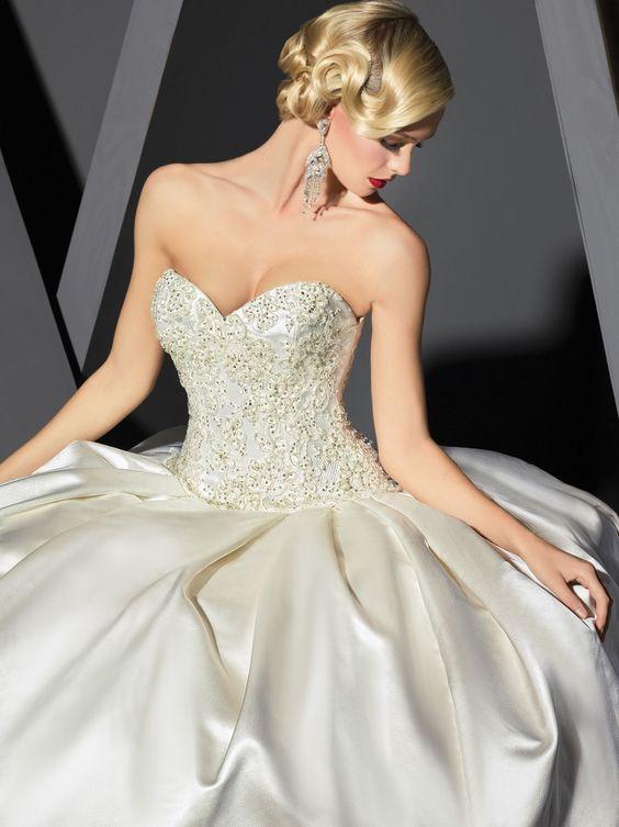 ¿Aún no has elegido tu vestido de novia? Mira estos modelos de la colección 2014 de Victor Harper http://www.modwedding.com/2014/05/07/victor-harper-wedding-dresses/