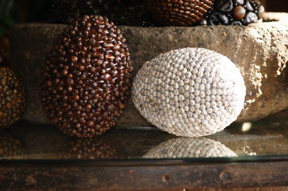 Spheres made of seeds. Esferas hechas de semillas.
