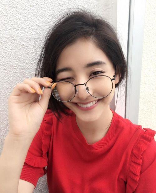 大きい眼鏡がかわいい新木優子