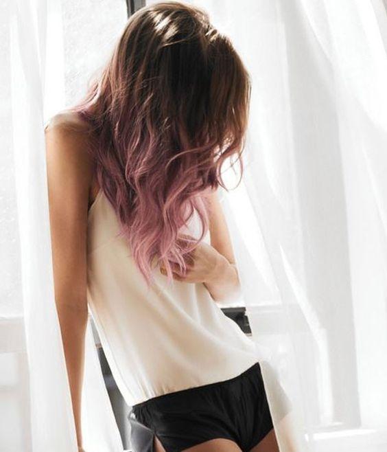 Rosa y cabello castaño