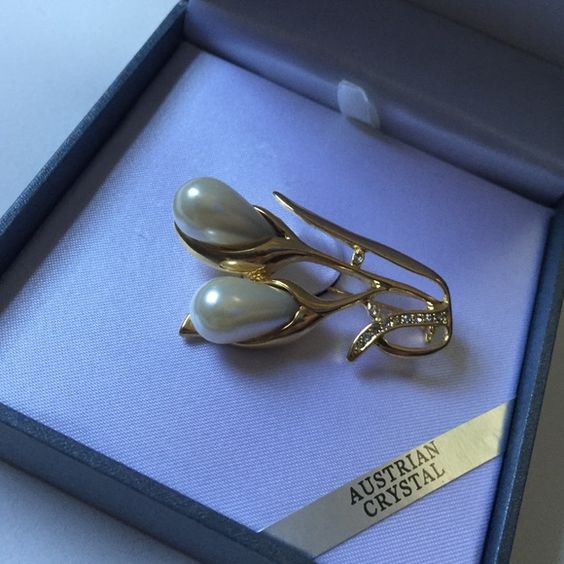 Beautiful crystal Pearl broach. Not real pearls. Very pretty like new condition. Comes in box. By worthington. Jewelry Brooches