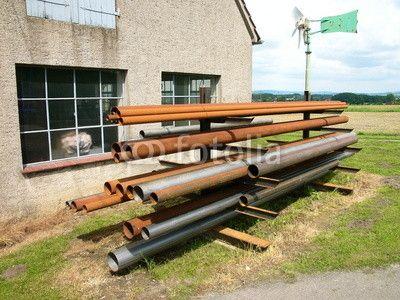 Lange rostige Rohre vor einer alten Werkstatt in Helpup bei Detmold im Kreis Lippe am Teutoburger Wald