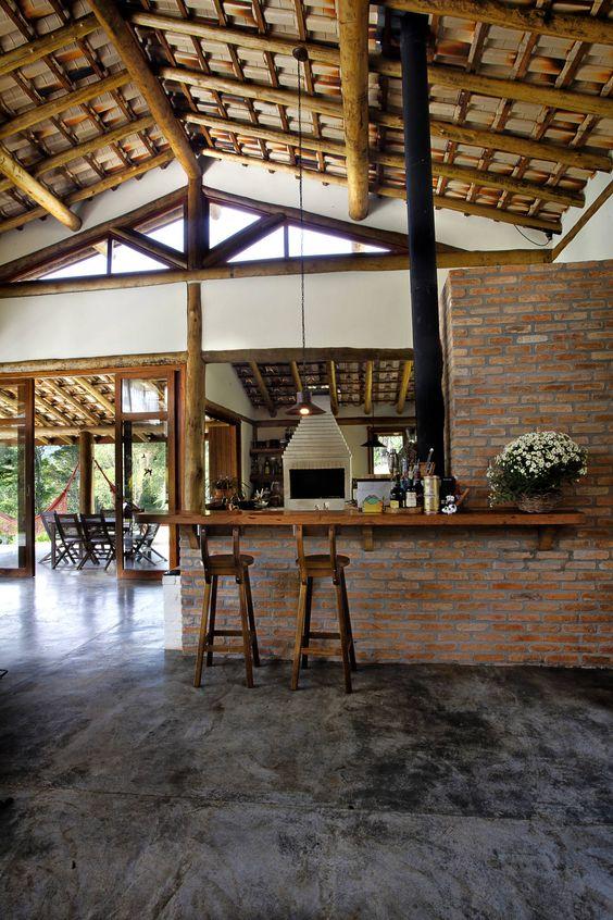 Casa rústica com cimento queimado e tijolos a vista