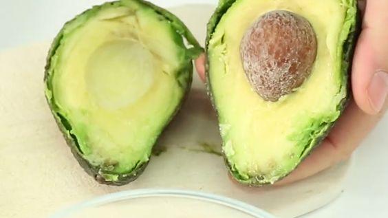 Das Fleisch der Avocado ist gesund, reich an Vitaminen und ungesättigten Fettsäuren sowie Mineralstoffen – so weit nichts Neues. Aber wussten Sie auch, dass der Kern der Avocado ebenso gesund ist?