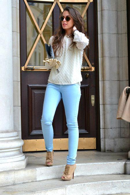 Девушка в голубых скинни, ботильонах и свитере