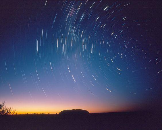 星とエアーズロックです。