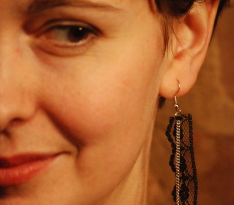 Boucles d'oreilles rubans dentelle noire et chaîne argent Un colibri la nuit.   Très original!