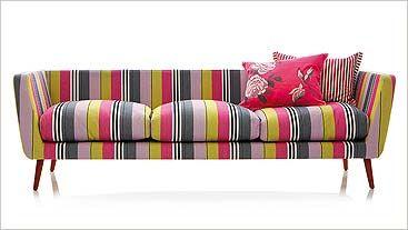 Sofá com belo design e um lindo tecido.