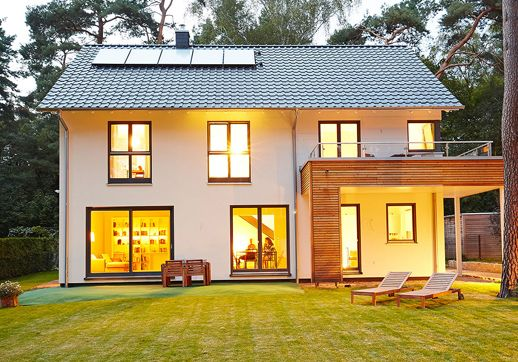 Das luxuri se fertighaus modell waldsee ist eine gelungene for Fertighaus satteldach modern
