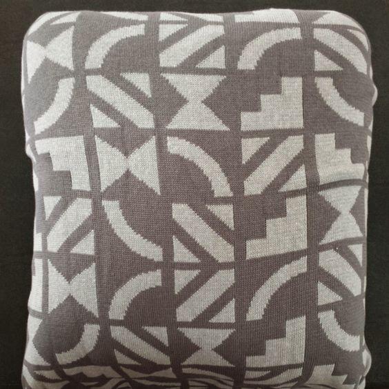 Estampa inspirada nos azulejos famosos de Brasília do Arquiteto e artista plástico Athos Bulcão. Os desenhos podem ser feitos em 4 versões. Essa é cinza em fio 50% acrílico e 50% algodão, 45 cm X 45 cm.Com  Zíper. Com ou sem recheio.