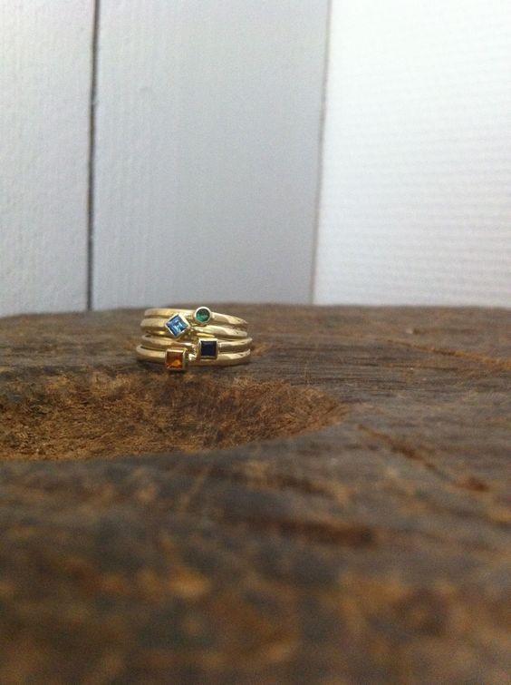 2 vermaakte trouwringen met citrien, saffier, topaas en smaragd