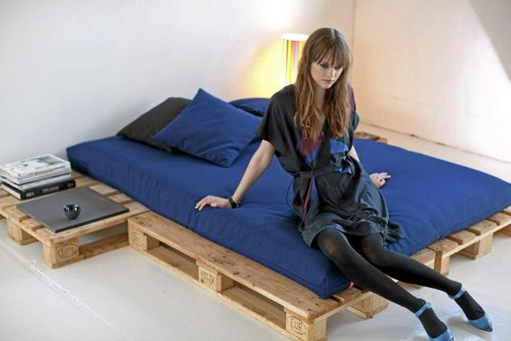 Wish I had thought of pallets back in the days when I built a bed out of banana boxes ;-) However that also worked :-)