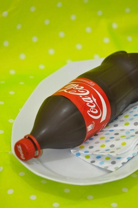 Une fois de plus je cède à la vague déferlante du gâteau qui fait le buzz en ce moment. Il s'agit du gâteau en forme de bouteille de Coca Cola. Il fallait y penser, ce n'est pas moi qui ai eu l'idée mais je trouve cela vraiment chouette... Le principe...