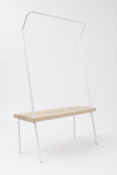 Organização com Design para quem não quer um armário no quarto...Você pode pendurar suas roupas, e além do banco para sentar, usá-lo como prateleira. www.brincodecasa.com