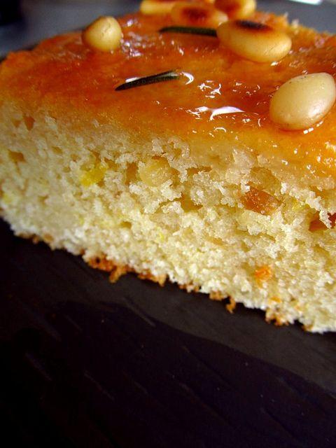 Cake van itroen, griesmeel, pijnboompitten, rozemarijn