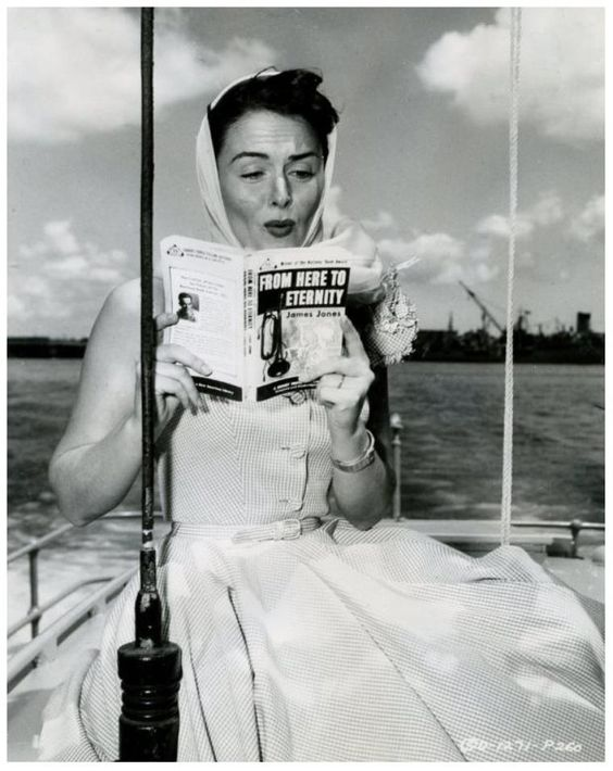 "Donna Reed lendo ""De aquí a la enternidad"", película que protagonizou en 1953"