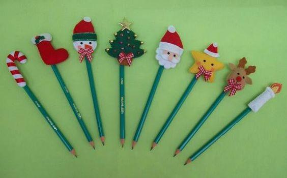 Ponteiras de lápis em feltro com tema Natal.  Embaladas em saquinho celofane, laço de cetim vermelho e tag.