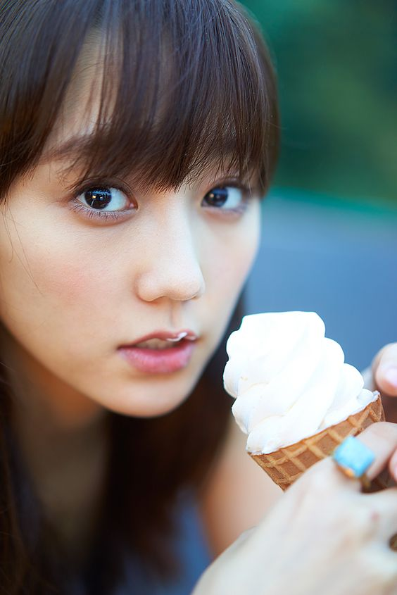 アイスを食べている鈴木友菜