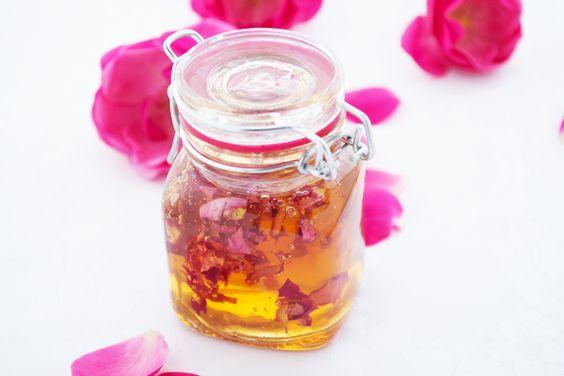 Für dieses Rezept sollten sie Duftrosenblütenblätter verwenden. Der #Rosenblätterhonig ist ein herrlicher #Brotaufstrich.