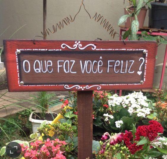"""Placa decorativa de jardim. """"O que faz vc feliz?"""""""