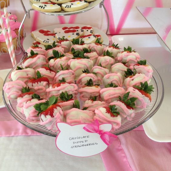 Chocolate dipped strawberries for hello kitty baby shower for Table exterieur hello kitty