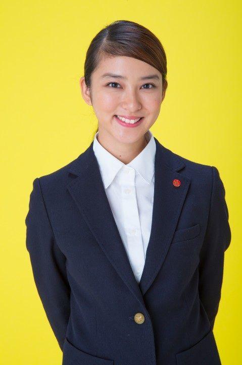 可愛らしい笑顔を見せる武井咲