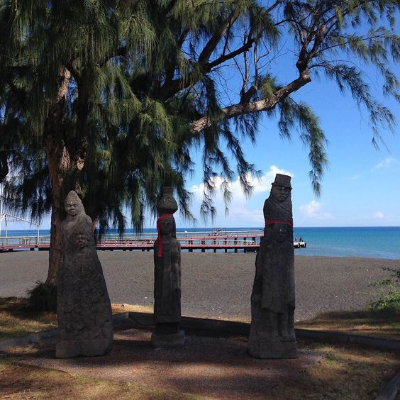 #frontdemer #beach #ileintense #lareunion #reunion #reunionisland #iledelareunion #gotoreunion #reunionparadis #reuniontour #sunnyday #tropical #monument #sky #balade #oceanindien #indianocean by mireillerun