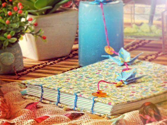 Cuadernos forrado en tela estampada, cosidoa mano, con grullas incluídas