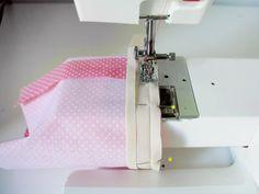 Primer pespunte para unir la cinta al bies utilizando el brazo libre de la máquina de coser.