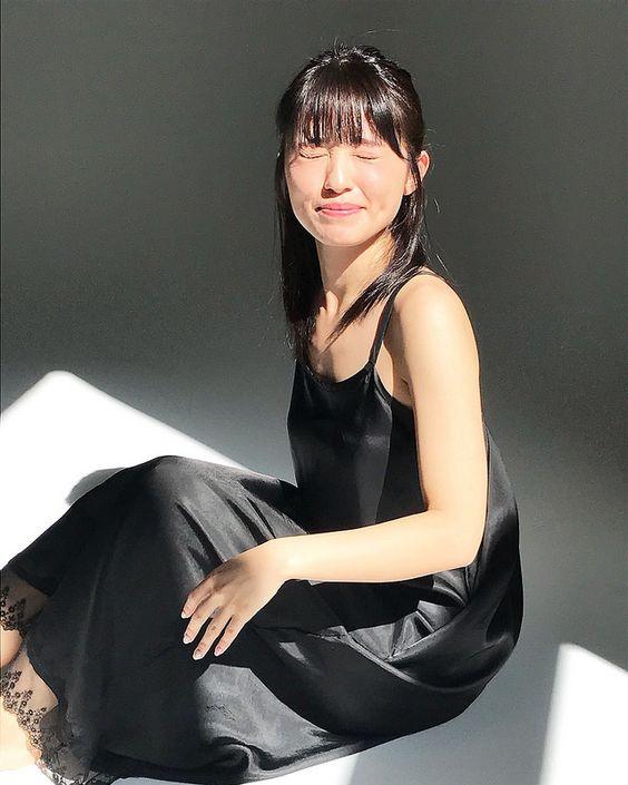 黒い服を着た逢田梨香子