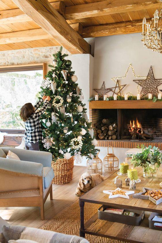 Árbol de Navidad decorado en tonos blancos y beige junto a la chimenea #elmueble #navidad #decoración #chimeneas #decoracióndeinteriores