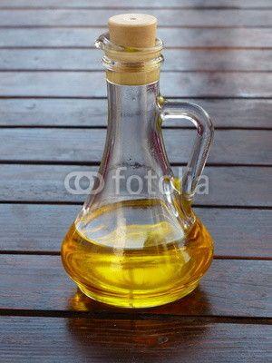 Karaffe aus Glas mit Olivenöl in Bodrum am Ägäischen Meer in der Provinz Mugla in der Türkei