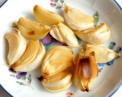にんにくを使って風邪に効果のある、にんにくを焼く簡単レシピ。