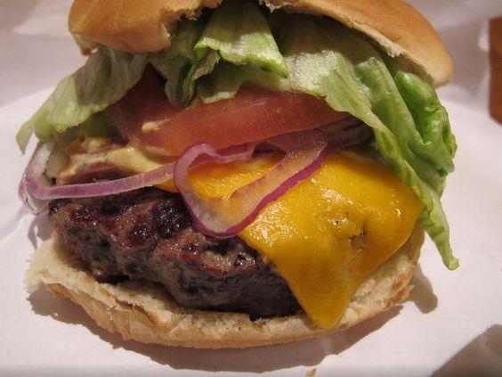 """Si mangia da Burger Joint, praticamente un """"buco"""" nascosto nella lobby di un hotel stellato di Manhattan. Coda lunghissima per aggiudicarselo, ma l'attesa è giustificata: è il panino più buono della Grande Mela."""