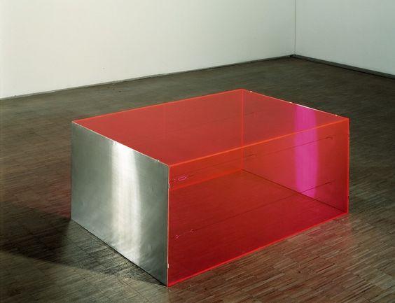 Donald Judd (1928 - 1994) Sans titre 1965 Plexiglas fluorescent, acier 51 x 122 x 86,2 cm 3 plaques de plexiglas rose orange fluorescent, 2 plaques d'acier inoxydable, 4 tendeurs en acier