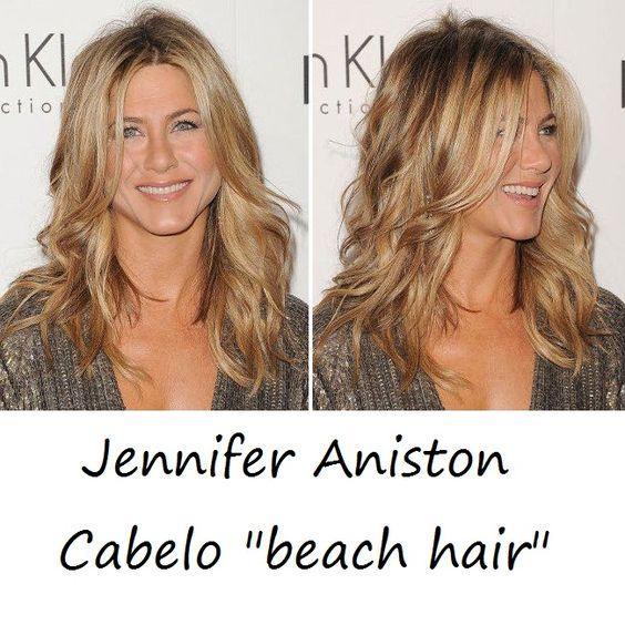 Ter o beach hair à 'la' Jennifer Aniston?  A dica é secá-lo com a cabeça para baixo, com o secador no modo frio. Assim, você conquista em casa este visual de praia!    Essa dica foi do Australian Gold Brasil