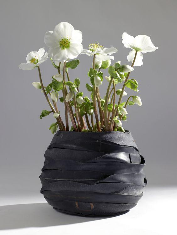 Übertopf/ Vase von Serax aus alten Fahrradschläuchen.