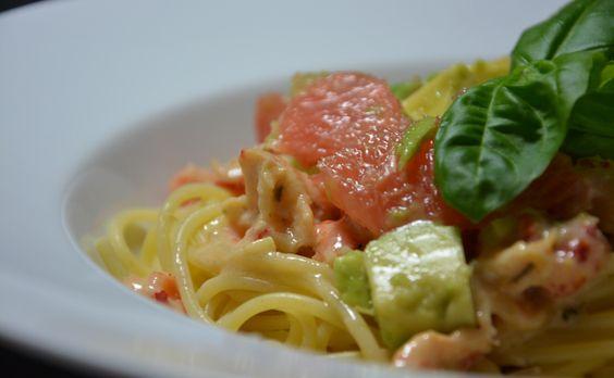 Spaghetti mit Avocado-Grapefruit Salat