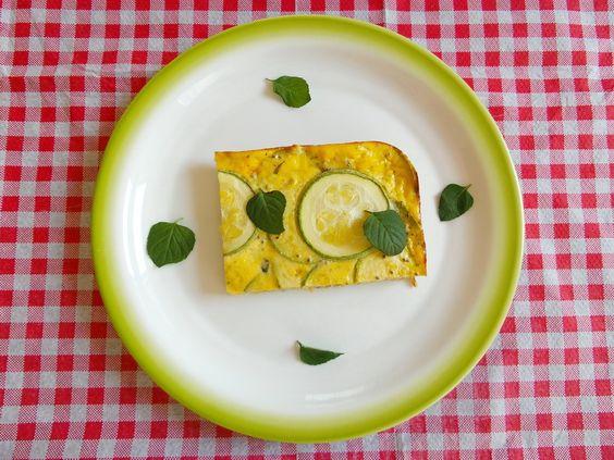 Fritata 2 manje tikvice – 3 jaja – 100 grama sira ( ja sam koristio fetu) – pola šake sveže nane – jedna ljuta papričica – 2 kašičice čia semenki – 2 kašike maslinovog ulja – so i biber