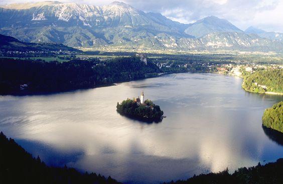 Lago Bled - Es un lago glaciar de los Alpes Julianos, situado al noroeste de Eslovenia, considerado uno de los más bellos y turísticos del país. El lago rodea la Isla de Bled, la única isla natural de Eslovenia