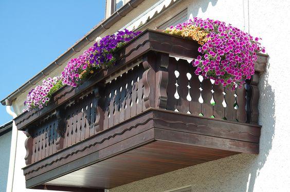 Landhaus Blog : Balkongeländer aus Holz: rustikale und moderne Ideen für das Landhaus