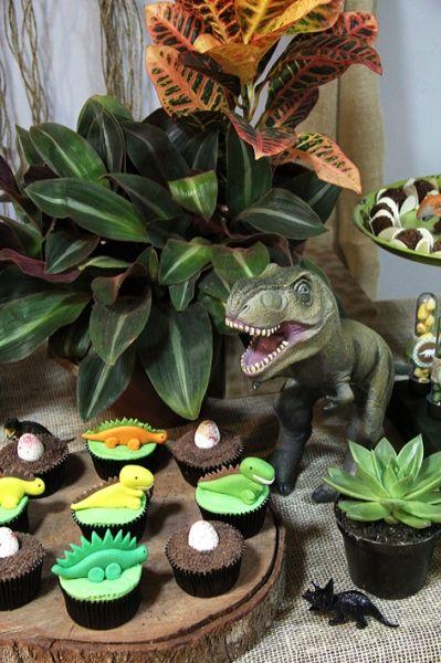 detalhes de decoração e cupcakes de mesa de aniversário no tema dinossauros para festa de menino. Fabiana Moura - Projetos Personalizados