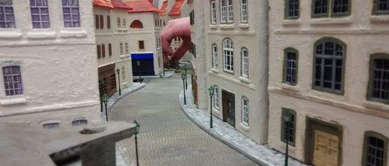"""Die Hand macht es deutlich: das Spiel ist im Gange und die Spieler rücken auf einander zu. Hier ist es die """"Rue Des Bains"""", welche direkt zum Strand führt und die für den Vormarsch des Spielers der deutschen Seite gewählt wurde."""