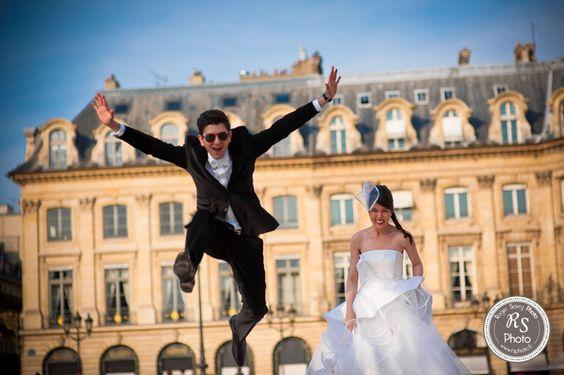 Le mariage ça donne des ailes ! Place Vendôme à Paris...
