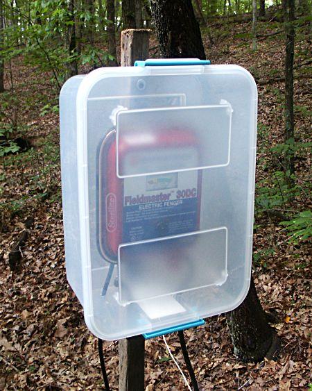 astuce utiliser une boite en plastique pour prot ger la batterie de la cl ture contre l. Black Bedroom Furniture Sets. Home Design Ideas